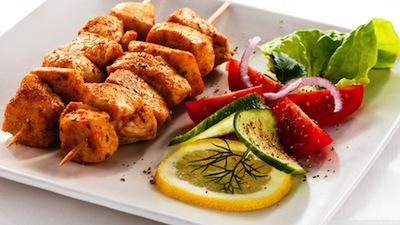Plato con brochetas de pollo y ensalada
