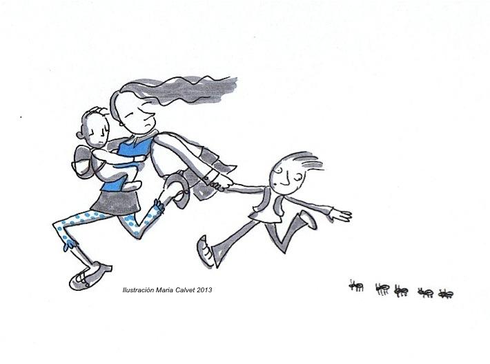 Mujer corriendo con bebe en brazos y arrastrando a niño que intenta mirar unas hormigas