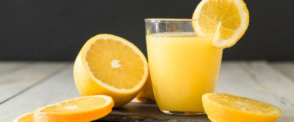 La cantidad de azúcares libres que contiene un zumo de naranja